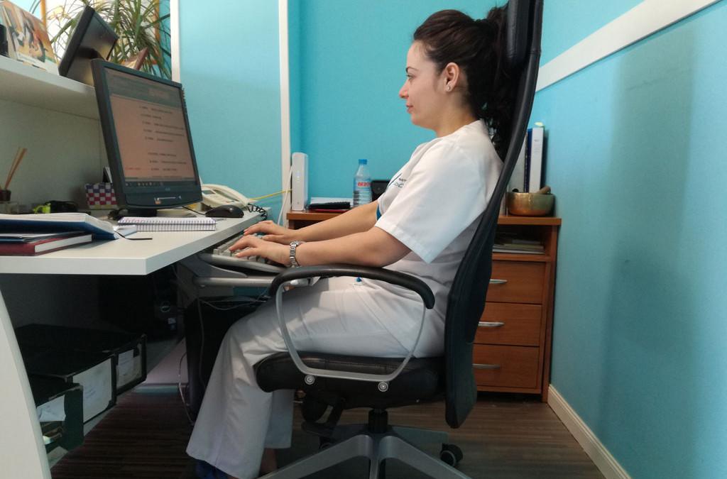 Hábitos posturales en la oficina. Consejos para proteger tu espalda mientras trabajas.